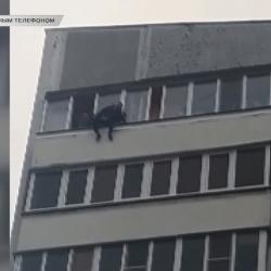 Подросток едва не выпал из окна 10-го этажа в Казани