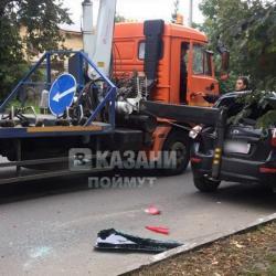 В Казани эвакуатор задел опорой легковушку (ВИДЕО)