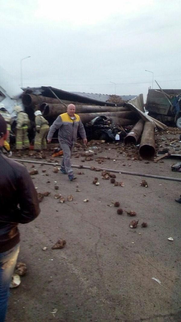 Сташное ДТП в Татарстане: машины завалило фурой с трубами (ФОТО)