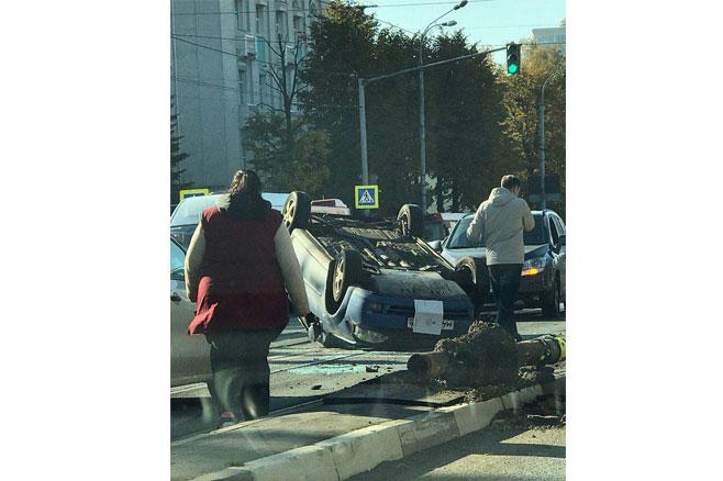 В Казани иномарка опрокинулась на крышу на трамвайных путях (ФОТО)