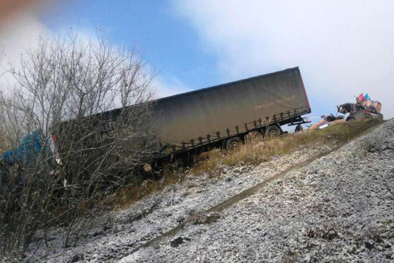 В Татарстане легковушка влетела в прицеп вылетевшей в кювет фуры (ФОТО)