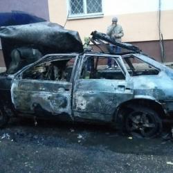 Автомобиль взорвался во дворе жилого дома в Набережных Челнах (ВИДЕО)