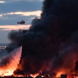 Почти сутки горит огромный торговый центр в Подмосковье — на пожаре работают сотни спасателей (ВИДЕО)