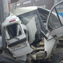 В Казани грузовик на полной скорости врезался в «Ладу», а затем в столб, несколько автомобилей засыпало цементом