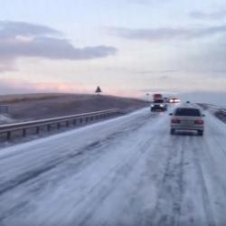 Под Челнами дорога покрылась льдом: автомобили съезжают в кювет (ВИДЕО)