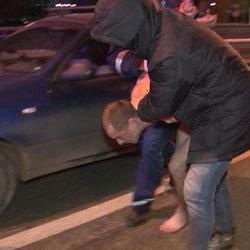 В Казани ночью голый мужик бросался под колеса машин