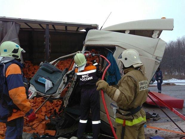 На трассе М-7 в столкновении двух грузовиков погибли оба водителя (ФОТО)
