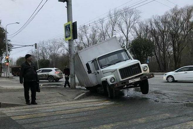 В Казани грузовик провалился под землю (ФОТО)