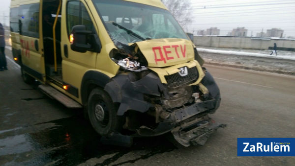 После аварии со школьным автобусом в Чебоксарах в больницу попали десять детей