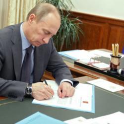 Путин подписал закон о праве судебных приставов задерживать должников по алиментам