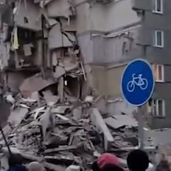 В Ижевске из-под завалов  рухнувшего дома слышны крики - очевидцы