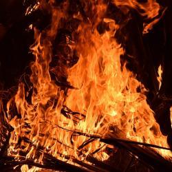 В Казани крупный пожар в заброшенном здании архива кинохроники