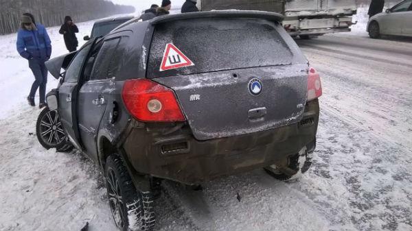 Водитель легковушки выжил после лобового столкновения с большегрузом в Татарстане (ФОТО)