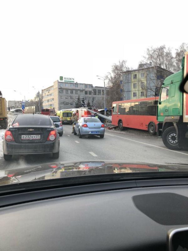 После аварии с автобусом на проспекте Ямашева в Казани 13 человек поступили в больницу (ФОТО)