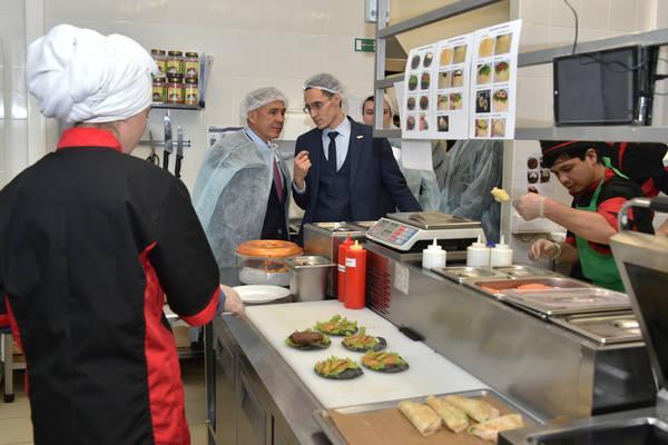 Минниханов, Метшин, Сафаров посетили ресторан «Тубэтэй» на Кремлевской в Казани (ФОТО, ВИДЕО)
