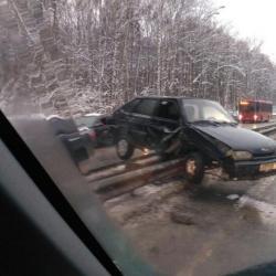 В Казани легковушка повисла на отбойнике (ВИДЕО)
