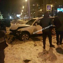 В Казани вылетевший после столкновения на тротуар автомобиль сломал ногу студентке