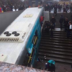 В Москве автобус наехал на толпу и съехал в подземку, есть погибшие (ВИДЕО)