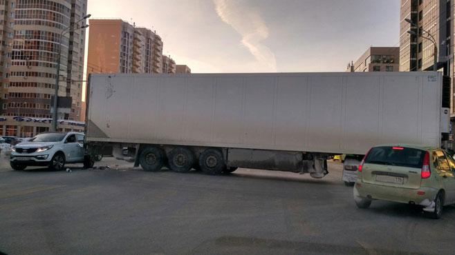 На перекрестке Чистопольской и Абсалямова в Казани развернуло фуру (ФОТО, ВИДЕО)