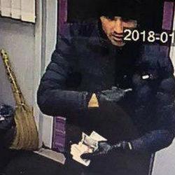 В Татарстане ищут мужчину, напавшего с ножом на кассира  офиса микрофинансирования (ВИДЕО)
