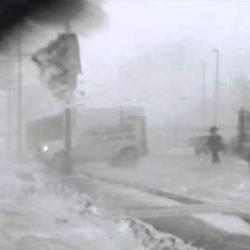 Мощный буран сдувает с ног людей (ВИДЕО)