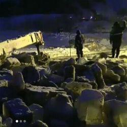 Спасение утопающих: пытаясь вытащить бензовоз, трактор утонул сам (ВИДЕО)