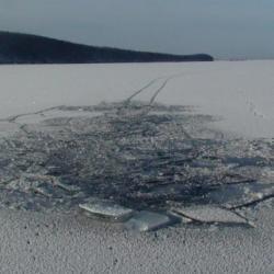 В Татарстане спасатели вытащили провалившийся под лед Волги трактор