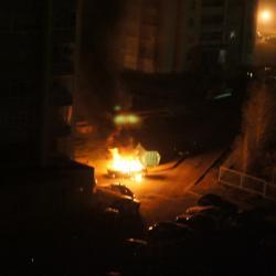 В центре Казани легковушка врезалась в дом и загорелась (ВИДЕО)