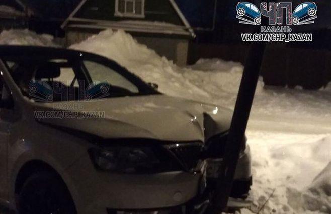 Сегодня ночью в Казани «Шкода» снесла столб (ФОТО)