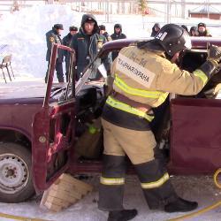 В Татарстане водителя и пассажира разбитой легковушки спасали 13 пожарных частей