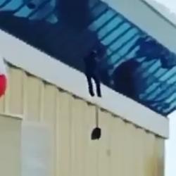 В Казани мужчина сорвался с крыши «Баскет холла» во время уборки снега (ВИДЕО)