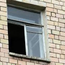 В Набережных Челнах собутыльник бабушки не может вспомнить, как выкинул в окно ее внучку