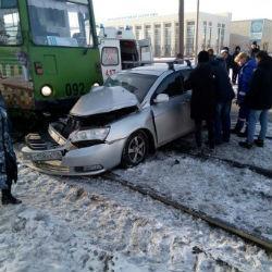 Трамвай протаранил легковушку в Набережных Челнах