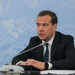 Медведев поручил подготовить предложения по ситуации на рынке молока после обращения Минниханова