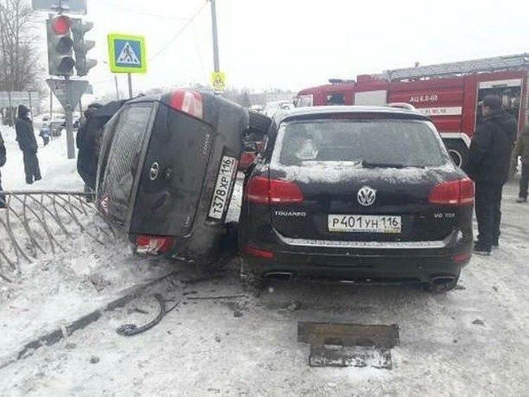 В Казани в ДТП «Ладу» опрокинуло на забор (ФОТО)