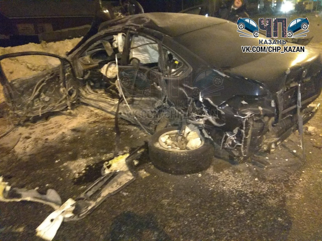 В Казани иномарка снесла столб и обрушила конструкцию на два других авто (ФОТО, ВИДЕО)