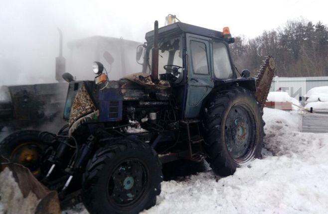 На нижнекамском кладбище загорелся трактор (ФОТО)