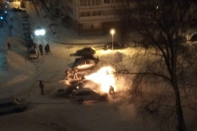 В Челнах во дворе сгорела иномарка (ФОТО)