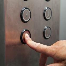 Лифт насмерть раздавил женщину с шестимесячным ребёнком
