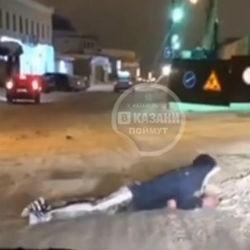 Неадекватный пешеход переполз улицу в Казани (ВИДЕО)