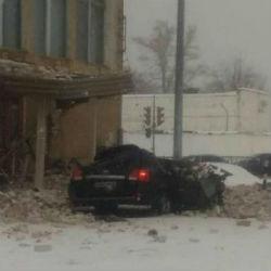 Кирпичами с крыши здания Казанского авиационного завода раздавило внедорожник (ФОТО)