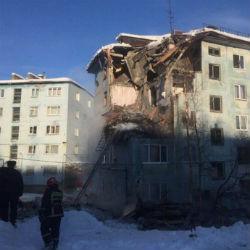 Пять человек блокированы под завалом дома в Мурманске (ВИДЕО)