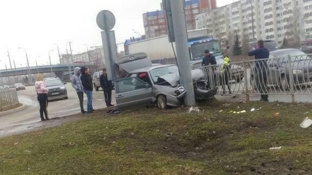 В Казани пострадали водитель и пассажир влетевшей в столб «Лады» (ФОТО)