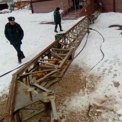 Строительный кран упал в центре Казани