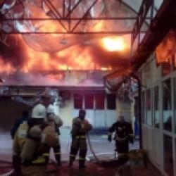 В Нальчике на площади более двух тысяч квадратных метров горит рынок (ВИДЕО)