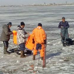 Появилось ВИДЕО спасения рыбаков с оторвавшейся льдины в Казани