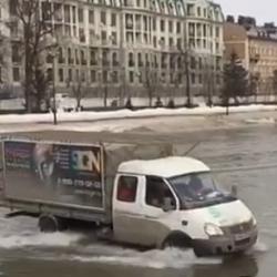 «Газель» нарезает круги по пруду в казанском парке «Черное озеро» (ВИДЕО)