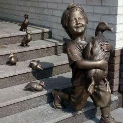 В центре Казани в преддверии ЧМ-2018 появилась скульптура мальчика в бутсах