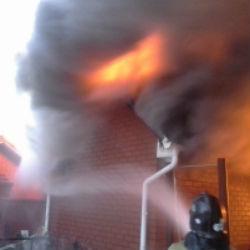 В Мензелинске огонь охватил двухэтажный жилой дом