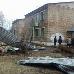 В Башкирии ветер повредил десять домов, детсад, школу и ферму